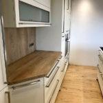 Edle Küche mit Akzenten in Holz