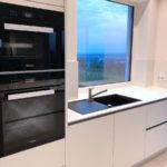 Hochwertige Design-Küche mit Quarzsteinplatte