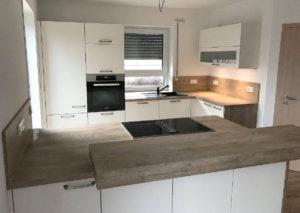 Tolle Küche mit lackierten seidenmatten Fronten und Absetzungen in grain-hell