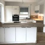 Tolle Küche mit lackierten seidenmatten Fronten, Absetzungen in grain-hell