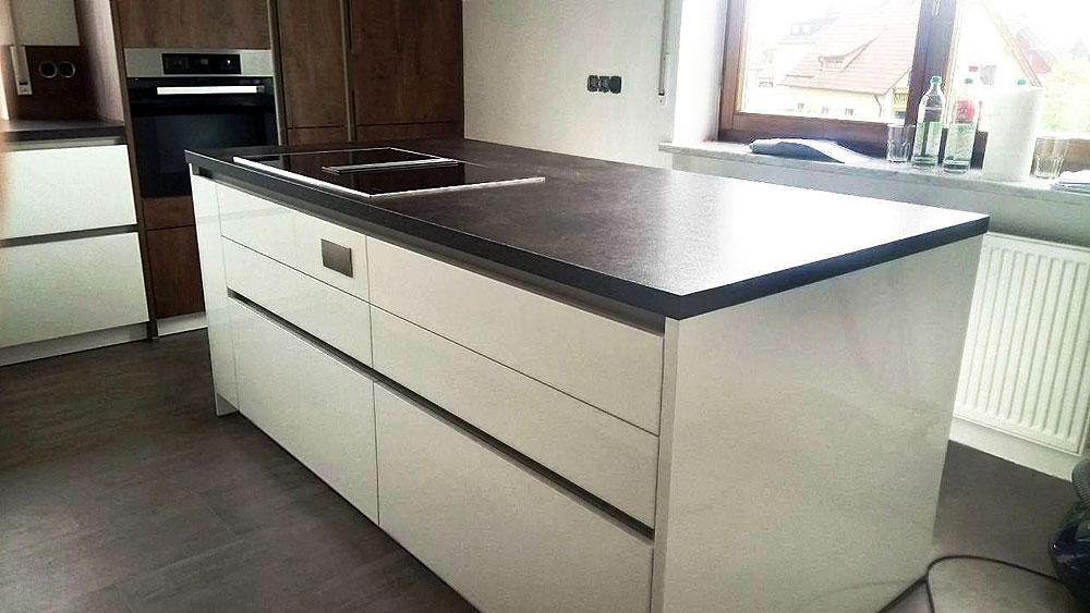 Moderne Küche in Lack Weiß Hochglanz, Absetzungen in Grain ...