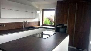 Moderne Küche in Lack Weiß Hochglanz, Absetzungen in Grain Cognac, Arbeitsplatte in Keramik