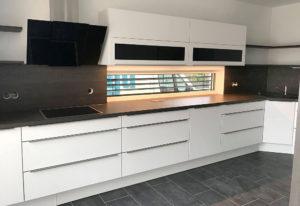 Moderne Küche in Weiß mit Design-Griffleisten