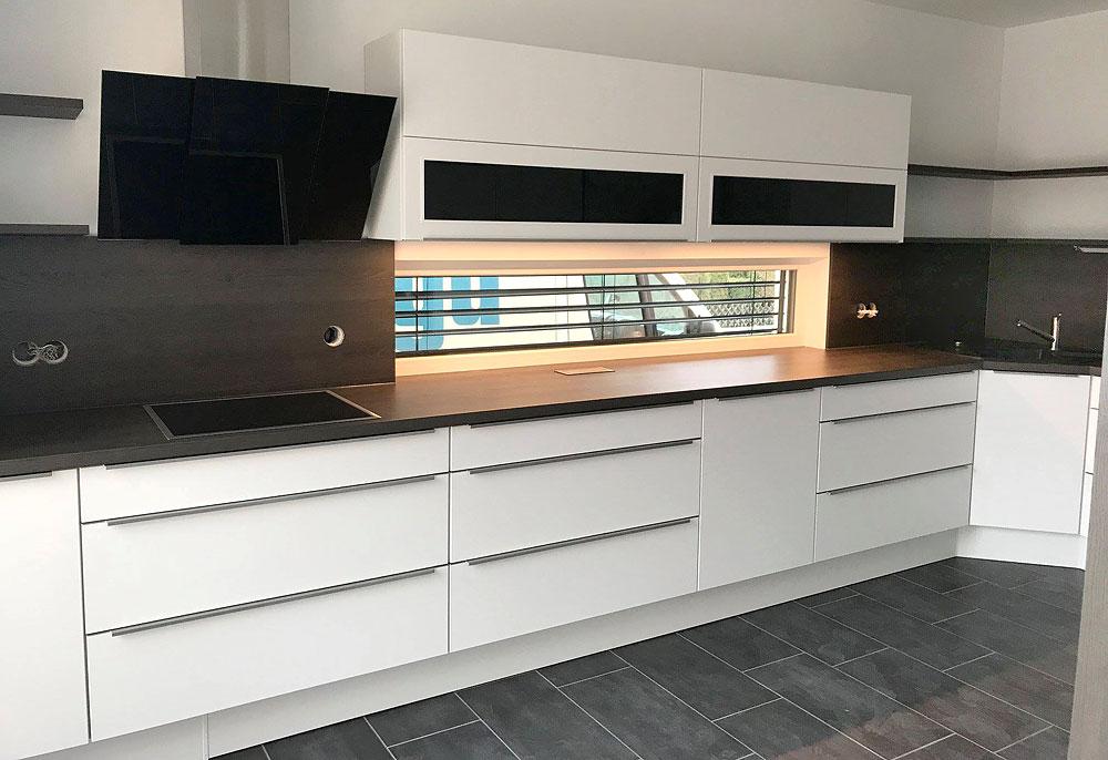 Moderne Küche in Weiß mit Design-Griffleisten - MEGA Küchenwelten ...