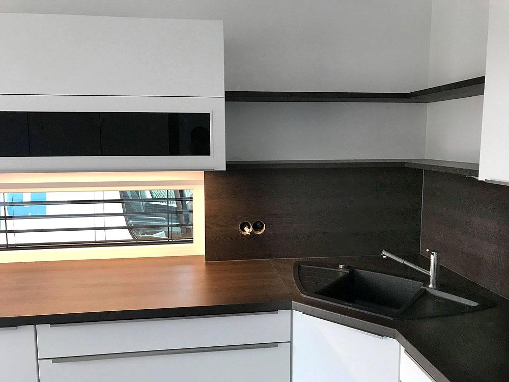 Moderne Küche in Weiß mit Design-Griffleisten - MEGA ...