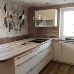 Küche in Lack magnolia und Absetzungen in rustikalem Holz