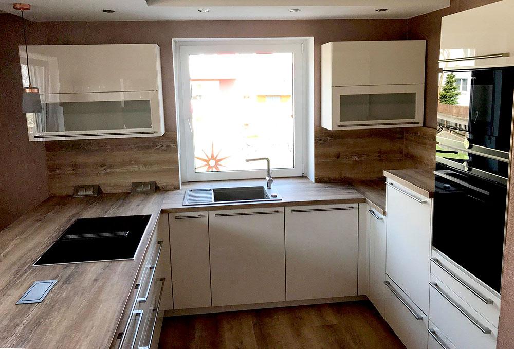 Küche in Lack magnolia und Absetzungen in rustikalem Holz ...