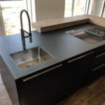 Design-Küche in Holz und Glas