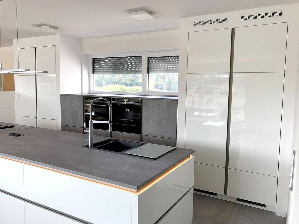 Design-Küche in Hochglanz-Lack, weiss, kombiniert mit Betonoptik ...