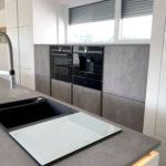 Design-Küche in Hochglanz-Lack, weiss, kombiniert mit Betonoptik