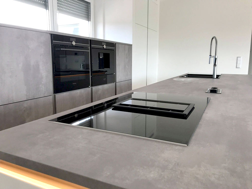 Design-Küche in Hochglanz-Lack, weiss, kombiniert mit ...
