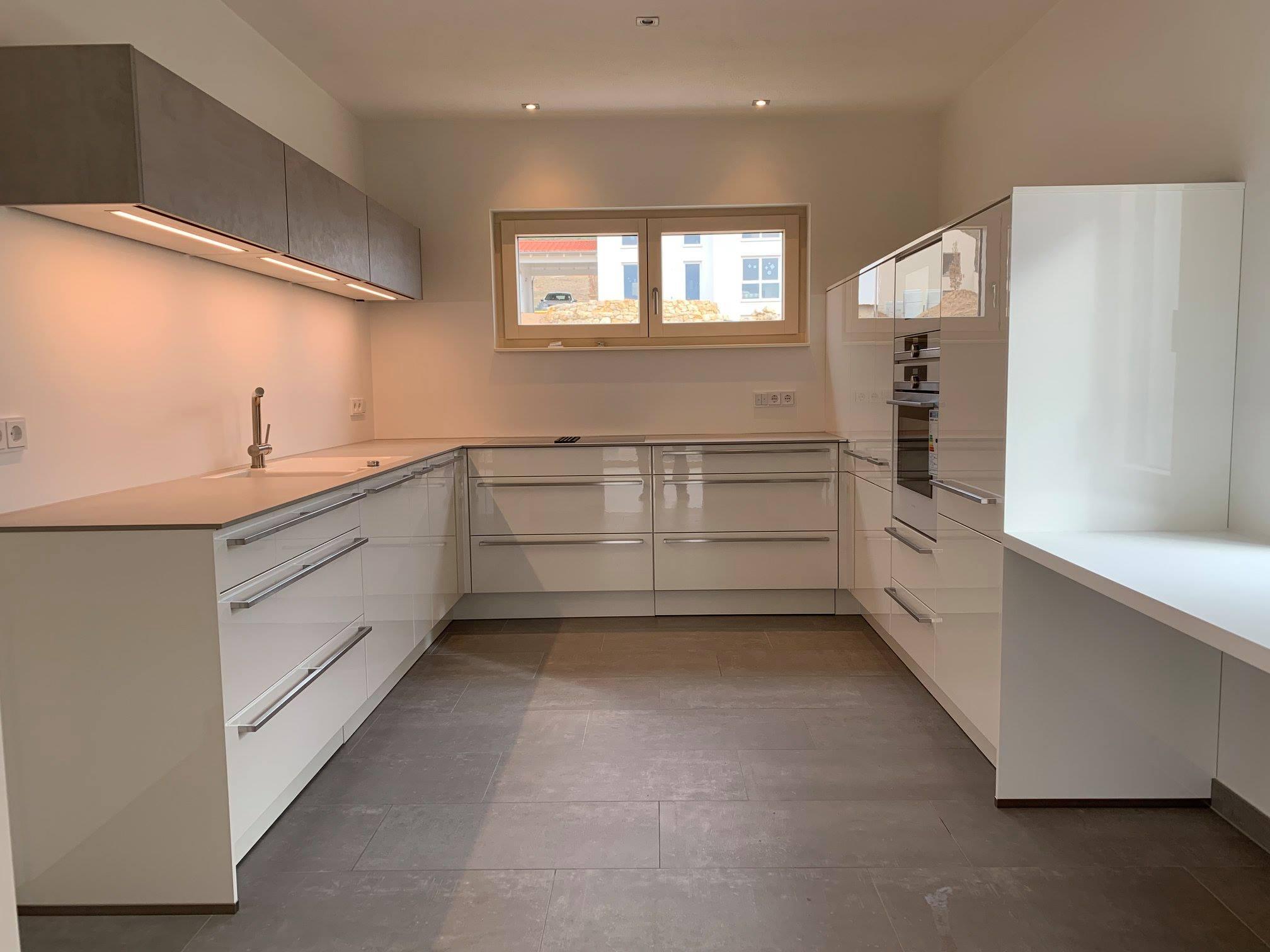 Design-Küche in Weiß-Hochglanz - MEGA Küchenwelten: schöne Küchen