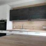wunderschöne Küche in Weiß Hochglanz lackiert in Kombination mit Dunkelgrau